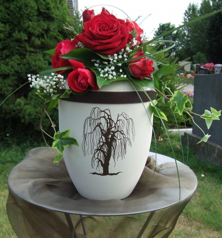 Urnenkopfschmuck mit roten Rosen